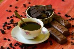 Διαφορετικά φασόλια φραγμών και καφέ σοκολάτας και φλούδες της σοκολάτας Στοκ εικόνα με δικαίωμα ελεύθερης χρήσης