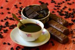 Διαφορετικά φασόλια φραγμών και καφέ σοκολάτας και φλούδες της σοκολάτας Στοκ Φωτογραφίες