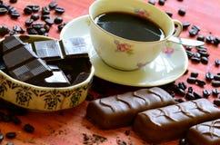 Διαφορετικά φασόλια φραγμών και καφέ σοκολάτας και φλούδες της σοκολάτας Στοκ Εικόνες