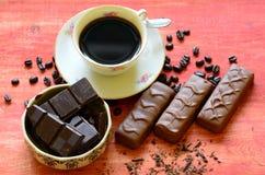 Διαφορετικά φασόλια φραγμών και καφέ σοκολάτας και φλούδες της σοκολάτας Στοκ εικόνες με δικαίωμα ελεύθερης χρήσης