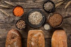 Διαφορετικά φρέσκα ζυμαρικά προϊόντων ψωμιού και αλευριού στο αγροτικό ξύλινο υπόβαθρο στοκ φωτογραφίες με δικαίωμα ελεύθερης χρήσης