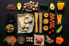 Διαφορετικά φρέσκα συστατικά για το μαγείρεμα των ιταλικών ζυμαρικών, των μακαρονιών, του fettuccine, του fusilli και των λαχανικ Στοκ Φωτογραφίες