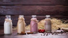 Διαφορετικά φυσικά milkshakes στοκ εικόνες