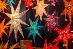 Διαφορετικά χρωματισμένα αστέρια Χριστουγέννων σε μια αγορά Χριστουγέννων Στοκ φωτογραφία με δικαίωμα ελεύθερης χρήσης