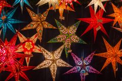 Διαφορετικά χρωματισμένα αστέρια Χριστουγέννων σε μια αγορά Χριστουγέννων Στοκ Φωτογραφία
