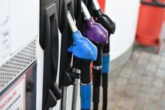 Διαφορετικά χρώματα ανεφοδιασμού σε καύσιμα Πρατήριο καυσίμων αερίου πυροβόλων όπλων των διαφορετικών χρωμάτων στοκ φωτογραφία