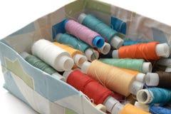 Διαφορετικά χρώματα νημάτων στο παλαιό κιβώτιο στοκ εικόνα με δικαίωμα ελεύθερης χρήσης