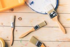 Διαφορετικές βούρτσες και πλαστικός δίσκος στην ξύλινη επιφάνεια Στοκ εικόνες με δικαίωμα ελεύθερης χρήσης