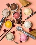 Διαφορετικές γεύσεις του παγωτού και των βαφλών με τα φρούτα στοκ εικόνες