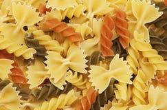 Διαφορετικές γεύσεις twirls fusilli των ζυμαρικών Στοκ φωτογραφία με δικαίωμα ελεύθερης χρήσης