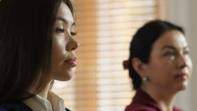 Διαφορετικές γυναίκες ακούοντας με προσήλωση ομιλητής κινηματογραφήσεων σε πρώτο πλάνο φιλμ μικρού μήκους