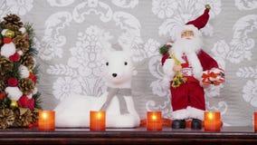 Διαφορετικές διακοσμήσεις Χριστουγέννων σε μια εστία φιλμ μικρού μήκους