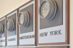 Διαφορετικές διαφορές ώρας ρολογιών στον τοίχο Στοκ φωτογραφία με δικαίωμα ελεύθερης χρήσης