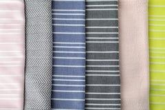 Διαφορετικές διπλωμένες πετσέτες υφάσματος ως υπόβαθρο στοκ φωτογραφίες
