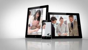 Διαφορετικές ηλεκτρικές συσκευές που παρουσιάζουν επιχειρηματίες στην εργασία απόθεμα βίντεο