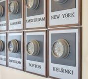 Διαφορετικές διαφορές ώρας ρολογιών στον τοίχο Στοκ εικόνες με δικαίωμα ελεύθερης χρήσης