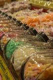 Διαφορετικές καραμέλες στα βάζα γυαλιού σε μια αγορά Χριστουγέννων στοκ εικόνες