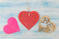 Διαφορετικές καρδιές σε ένα μπλε ξύλινο υπόβαθρο επάνω από την όψη βαλεντίνος ημέρας s στοκ φωτογραφία με δικαίωμα ελεύθερης χρήσης