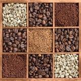 Διαφορετικές μορφές καφέ στο ξύλινο κιβώτιο Στοκ Εικόνες