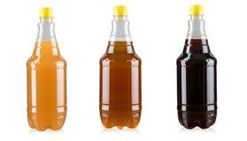 Διαφορετικές ποικιλίες της μπύρας τεχνών στα πλαστικά μπουκάλια στο άσπρο υπόβαθρο Στοκ Εικόνες