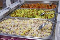 Διαφορετικές πολύχρωμες έτοιμες σαλάτες στο κατάστημα Στοκ Φωτογραφίες