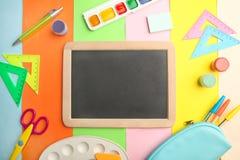 Διαφορετικές σχολικές προμήθειες στοκ εικόνες