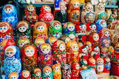 Διαφορετικές τοποθετημένες κούκλες πετώντας εστιατόριο Ρωσία Άγιος Paul Peter Πετρούπολη φρουρίων Ολλανδού 17 Αυγούστου 2017 Στοκ Εικόνες