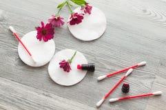 Διαφορετικές του προσώπου διαδικασίες καθαρισμού Λουλούδια, πέτρες και σαμπουάν δέντρων της Apple Στοκ εικόνες με δικαίωμα ελεύθερης χρήσης