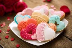 Διαφορετικές χρωματισμένες εορταστικές καρδιές μπισκότων Στοκ Φωτογραφία
