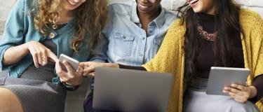 Διαφορετική έννοια ηλεκτρονικών συσκευών ανθρώπων Στοκ εικόνα με δικαίωμα ελεύθερης χρήσης