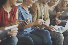 Διαφορετική έννοια σύνδεσης ηλεκτρονικών συσκευών ανθρώπων Στοκ Φωτογραφία