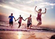 Διαφορετική έννοια τζαμπ σουτ διασκέδασης θερινών φίλων παραλιών στοκ εικόνες με δικαίωμα ελεύθερης χρήσης