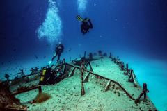Διαφορετική έξοδος σκαφάνδρων το βυθισμένο περιπολικό σκάφος P31 στοκ φωτογραφία με δικαίωμα ελεύθερης χρήσης