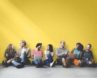 Διαφορετική ανθρώπων διαστημική έννοια αντιγράφων συσκευών φιλίας ψηφιακή Στοκ φωτογραφία με δικαίωμα ελεύθερης χρήσης