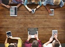 Διαφορετική ανθρώπων χεριών έννοια συσκευών ομάδας πολυάσχολη Στοκ εικόνες με δικαίωμα ελεύθερης χρήσης