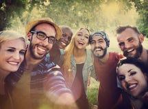 Διαφορετική διασκέδαση θερινών φίλων που συνδέει την έννοια Selfie στοκ εικόνα