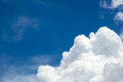 Διαφορετική μορφή των σύννεφων στο μπλε ουρανό Στοκ Εικόνες