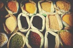 Διαφορετική πολυ χρωματισμένη έννοια αγοράς σάκων φασολιών οσπρίων στοκ εικόνες