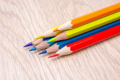 Διαφορετική χρωματισμένη φωτογραφία μολυβιών με το διάστημα για το κείμενο Στοκ εικόνα με δικαίωμα ελεύθερης χρήσης
