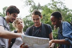 Διαφορετικοί άνθρωποι που διαβάζουν έναν χάρτη από κοινού Στοκ Φωτογραφίες