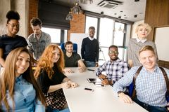 Διαφορετικοί άνθρωποι που ενώνονται σε μια επιχειρησιακή ομάδα Στοκ Φωτογραφίες