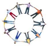 Διαφορετικοί άνθρωποι που καθορίζουν ενώ χέρια εκμετάλλευσης Στοκ Φωτογραφία