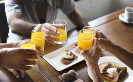 Διαφορετικοί άνθρωποι που πίνουν το χυμό από πορτοκάλι Στοκ φωτογραφία με δικαίωμα ελεύθερης χρήσης