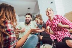 Διαφορετικοί άνθρωποι που παίζουν την εικασία παιχνιδιών που και που έχουν τη διασκέδαση στοκ εικόνα με δικαίωμα ελεύθερης χρήσης