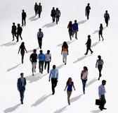 Διαφορετικοί άνθρωποι πλήθους που περπατούν την απομονωμένη έννοια Στοκ Φωτογραφία