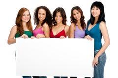 Διαφορετικοί έφηβοι με το κενό σημάδι στοκ φωτογραφία