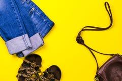 Διαφορετικοί ιματισμός και εξαρτήματα γυναικών ` s στο φωτεινό κίτρινο και μπλε υπόβαθρο Επίπεδος βάλτε τη μόδα, έννοιες Στοκ φωτογραφία με δικαίωμα ελεύθερης χρήσης
