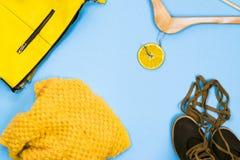 Διαφορετικοί ιματισμός και εξαρτήματα γυναικών ` s στο φωτεινό κίτρινο και μπλε υπόβαθρο Επίπεδος βάλτε τη μόδα, έννοιες Στοκ φωτογραφίες με δικαίωμα ελεύθερης χρήσης