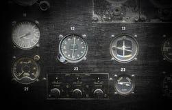 Διαφορετικοί μετρητές και επιδείξεις σε ένα παλαιό αεροπλάνο Στοκ Φωτογραφία