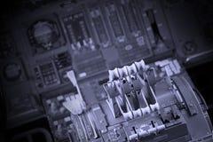 Διαφορετικοί μετρητές και επιδείξεις σε ένα παλαιό αεροπλάνο Στοκ Εικόνα